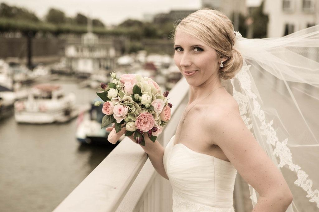 Medienhafen in Düsseldorf Hochzeitsfoto Brautfoto Foto von der Braut mit Brautstrauß