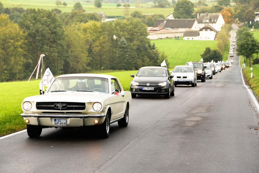 Hochzeitsfotograf fotografische Hochzeitsbegleitung Autokorso Autoschlange