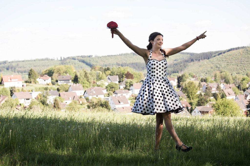 Hochzeitsfotograf glückliche Braut Pinup Pin up Kleid mit Punkten Siegen Ferndorf in NRW