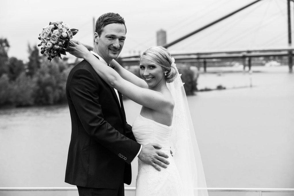 Hochzeit Düsseldorf Brautfoto Arme um Hals NRW
