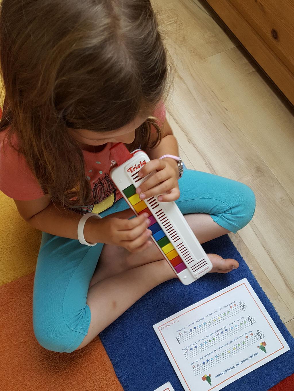 Unsere Kleine spielt Triola