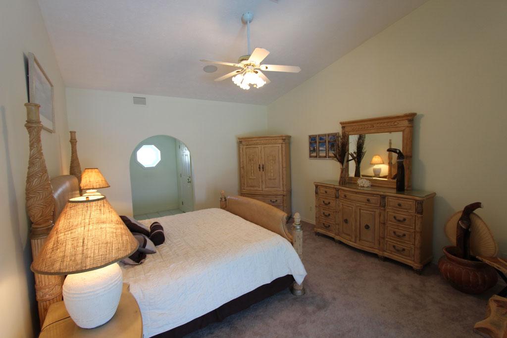 Erstes Schlafzimmer mit Kingsize-Bett