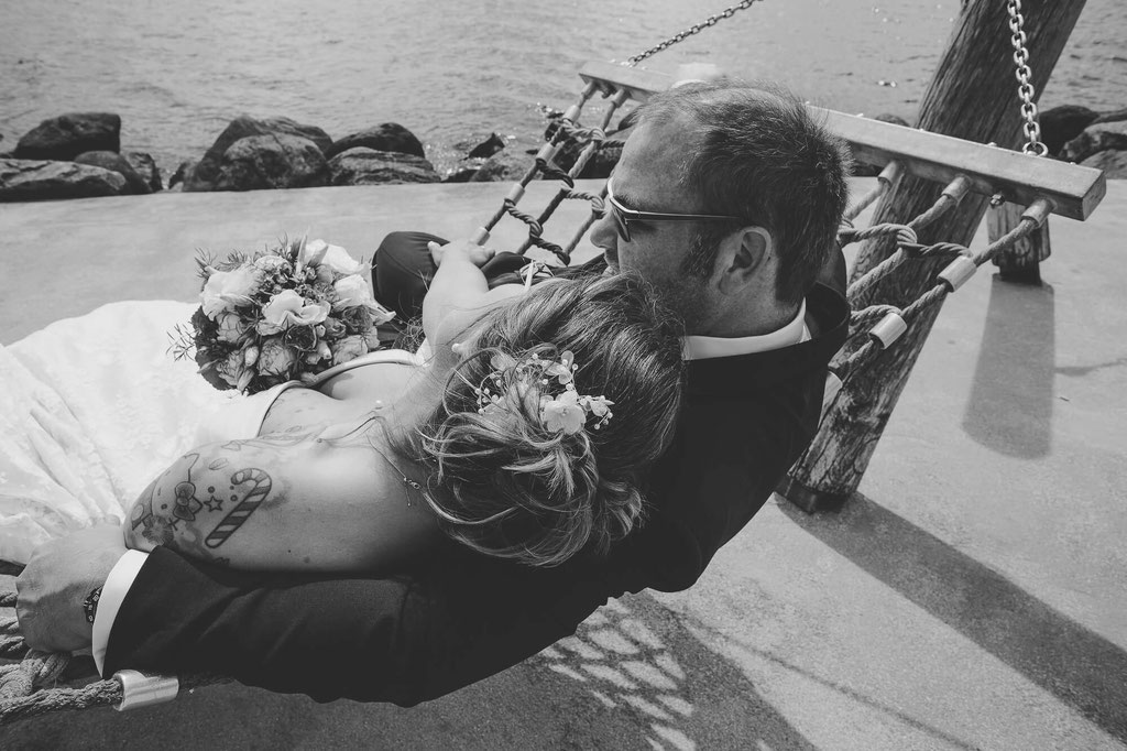 Brautpaar in der Hängematte