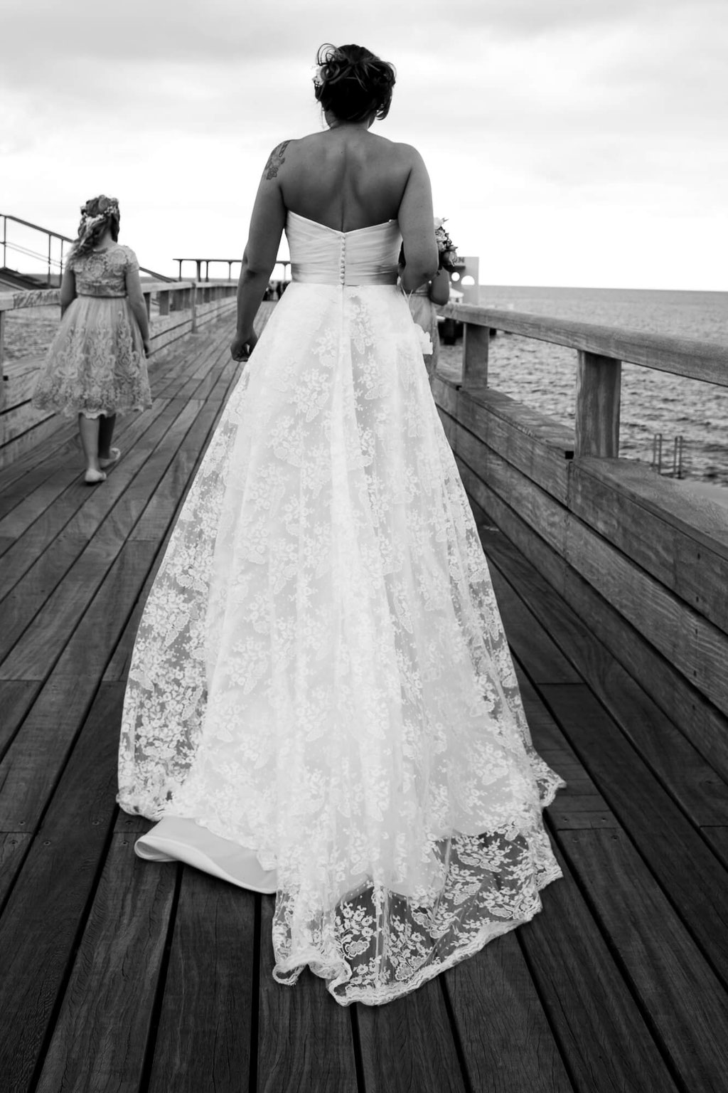 Braut von hinten auf dem Steg in Kellinghusen