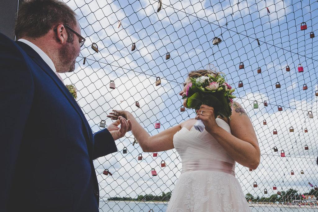 Brautpaar beim Schloss aufhängen