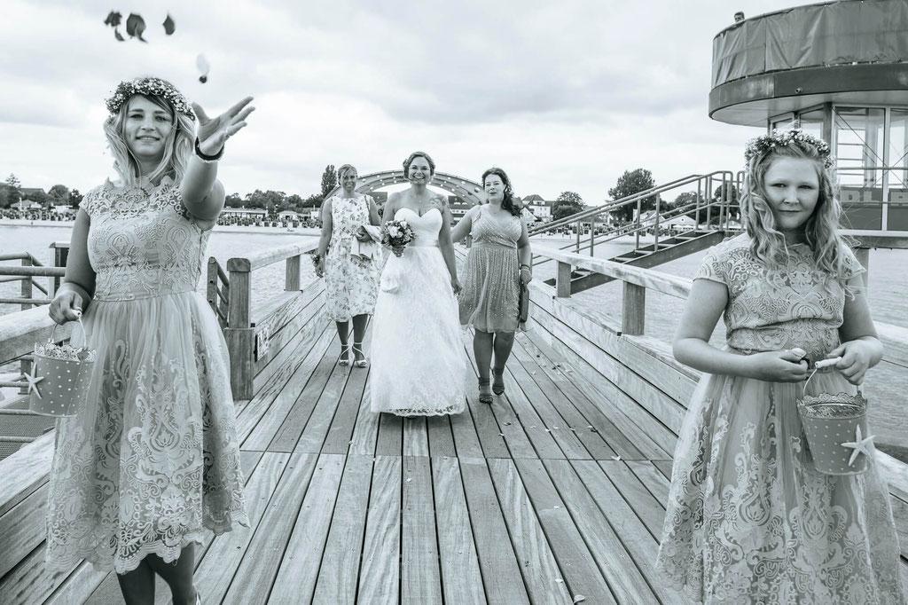 Braut vor dem First Look mit Trauzeugin und  Blumenkinder