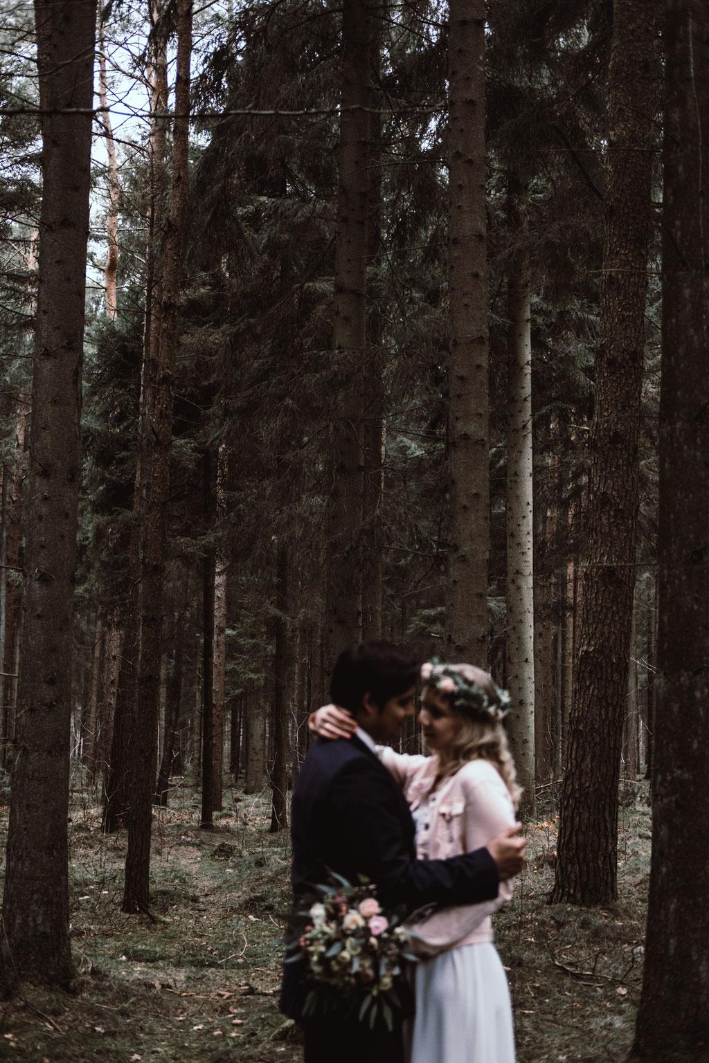 Brautpaar umarmt sich unschärfe