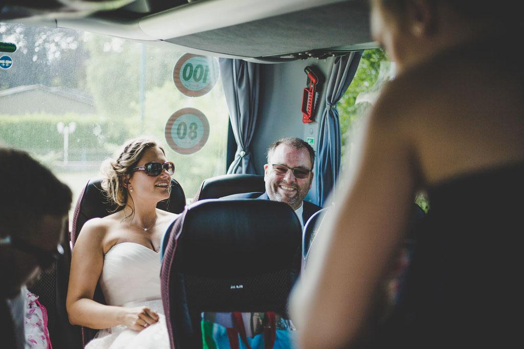 Brautpaar im Bus auf der Rückfahrt