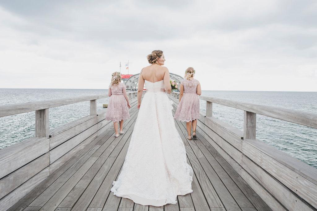 Braut mit Blumenkindern auf dem Steg in Kellinghusen