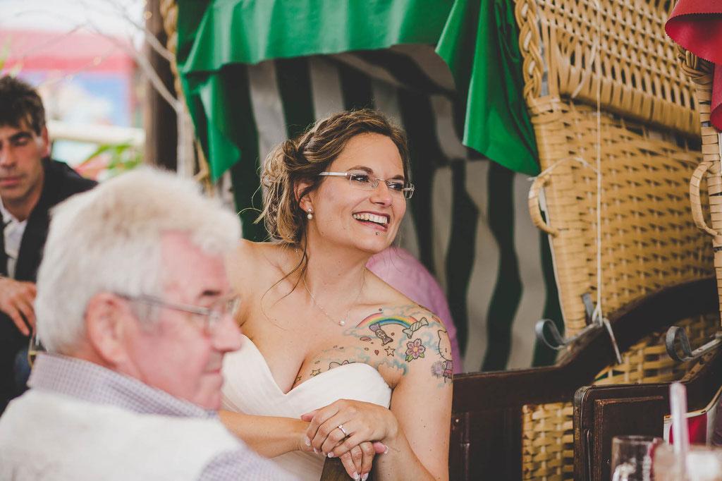 Braut im Strandkorb in der Strandbar