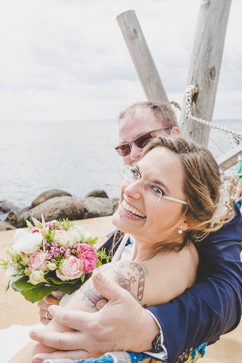 Braut mit Bräutigam in der Hängematte