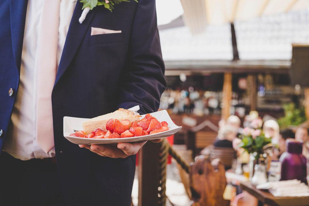 Bräutigam mit Erdbeerkuchen