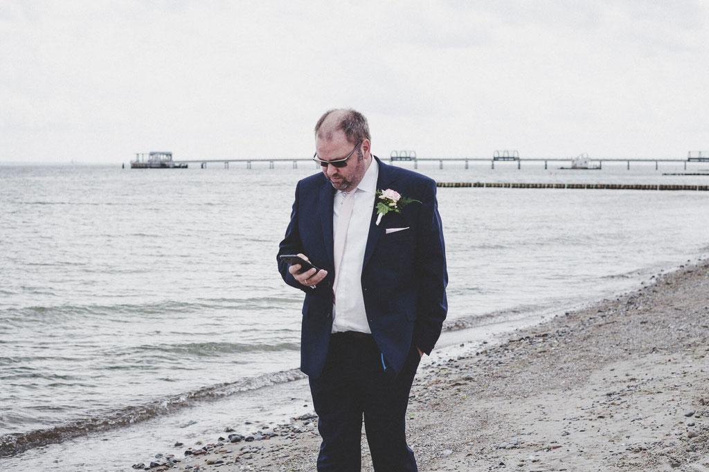 Bräutigam am Strand