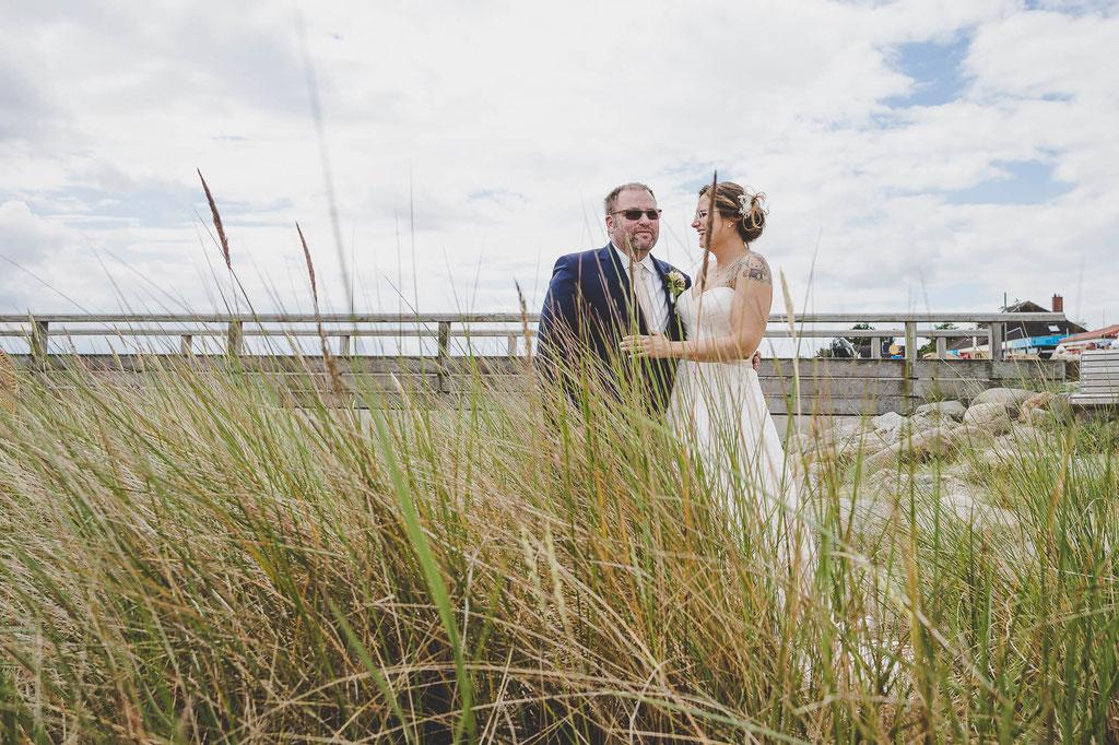 Brautpaar mit Gräsern am Strand