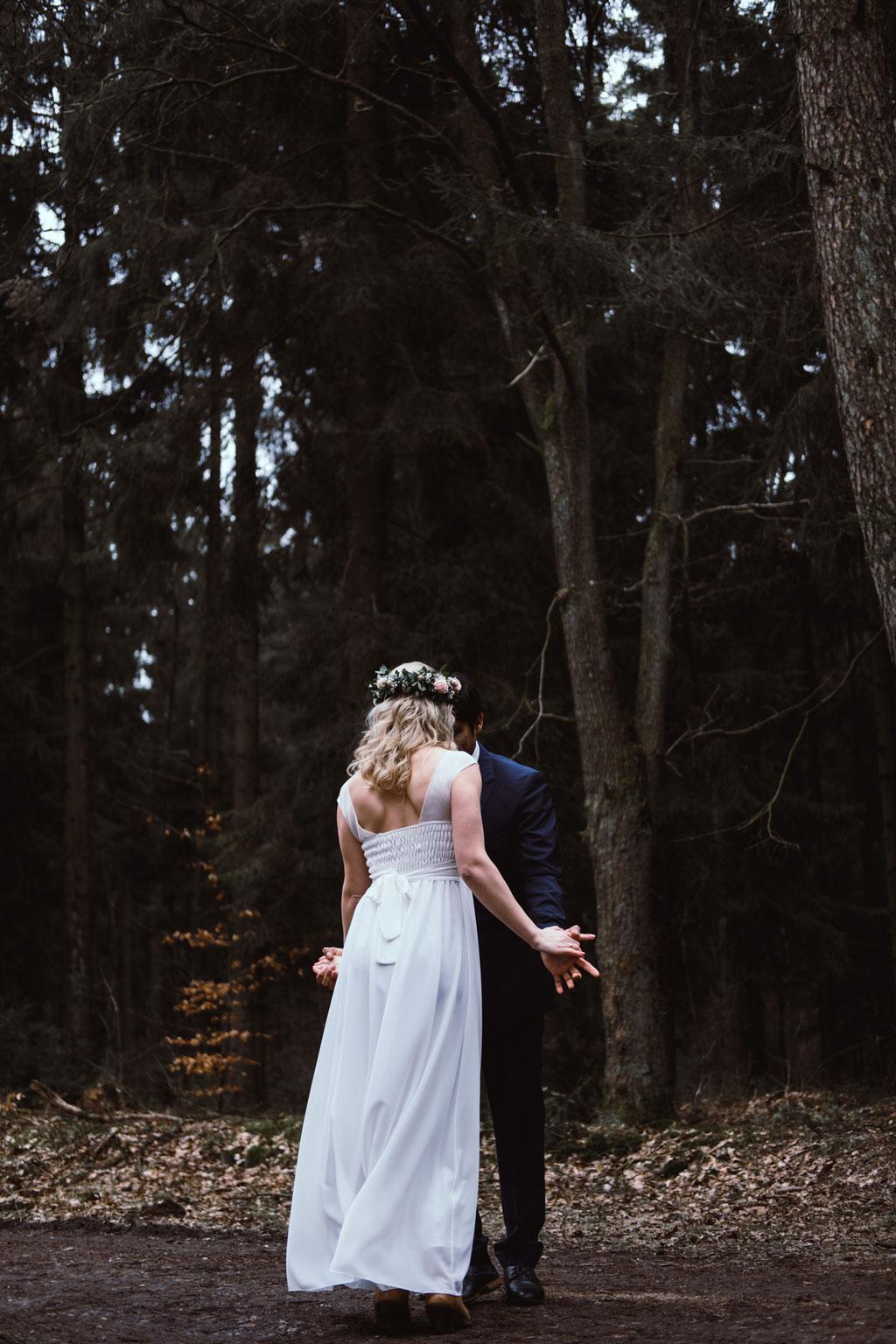 Brautpaar tanzt im Wald