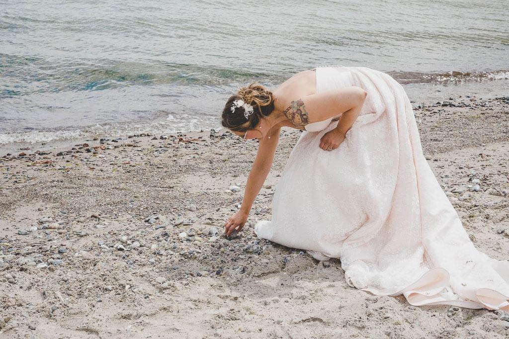 Braut am Strand im Sand