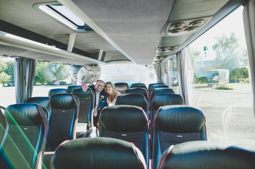 Brautpaar im Bus