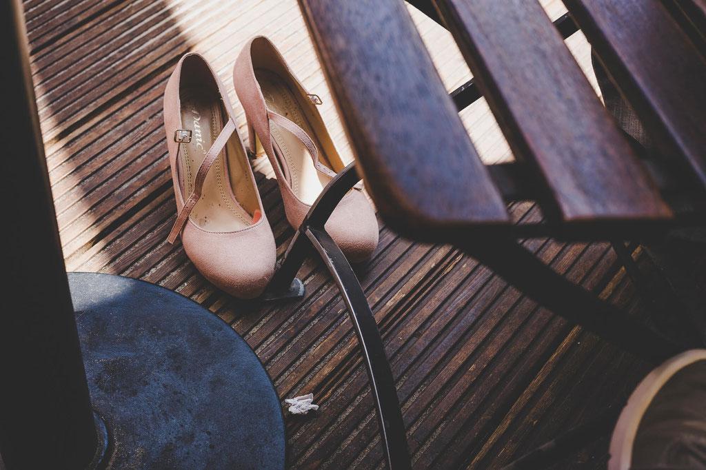 Brautschuhe auf Holzdiele