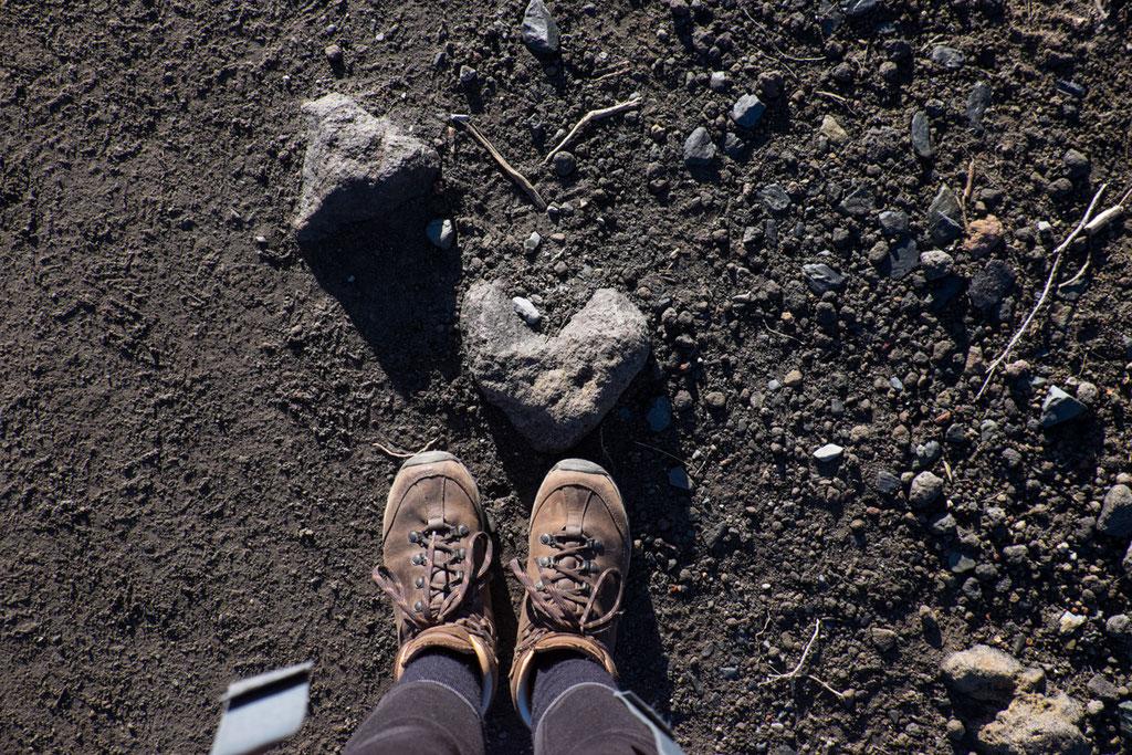 Schon nach wenigen Metern, stolpern wir fast über das Stein Herz.