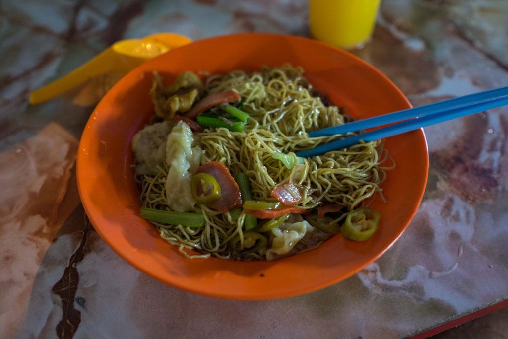 Weltbeste Wan Tan Mee Suppe. Nudelsuppe mit Sojasosse, Chilischoten und Hähnchen