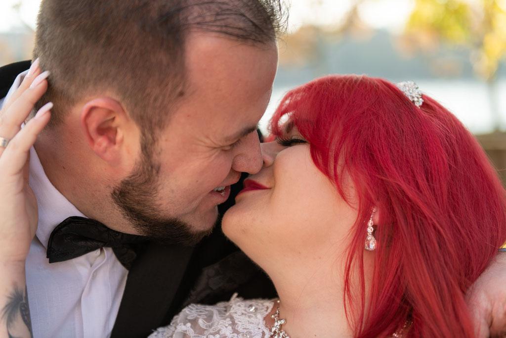 Portraitaufnahme von zwei küssenden Personen
