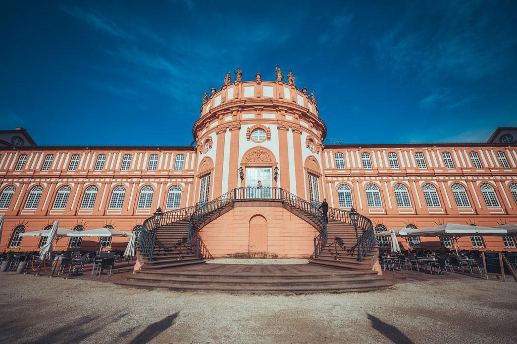 Brautpaar am Eingang zum Schloss Biebrich in Wiesbaden