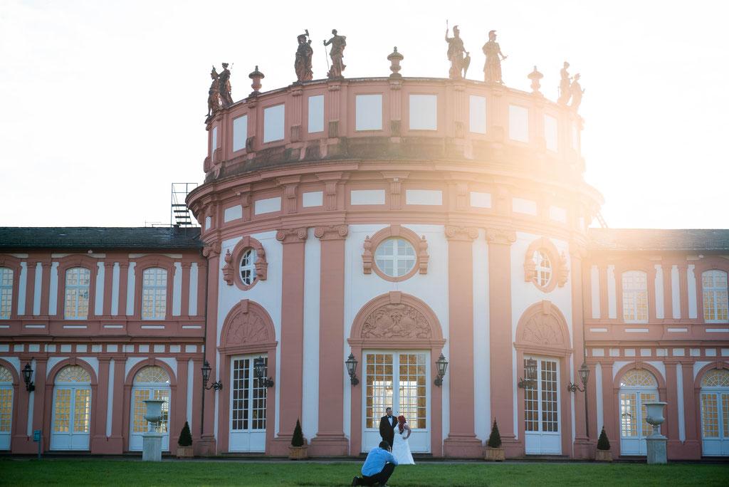 Bei Aufnahmen von Brautpaaren zusammen mit der Architektur immer mit Weitwinkelobjektiv
