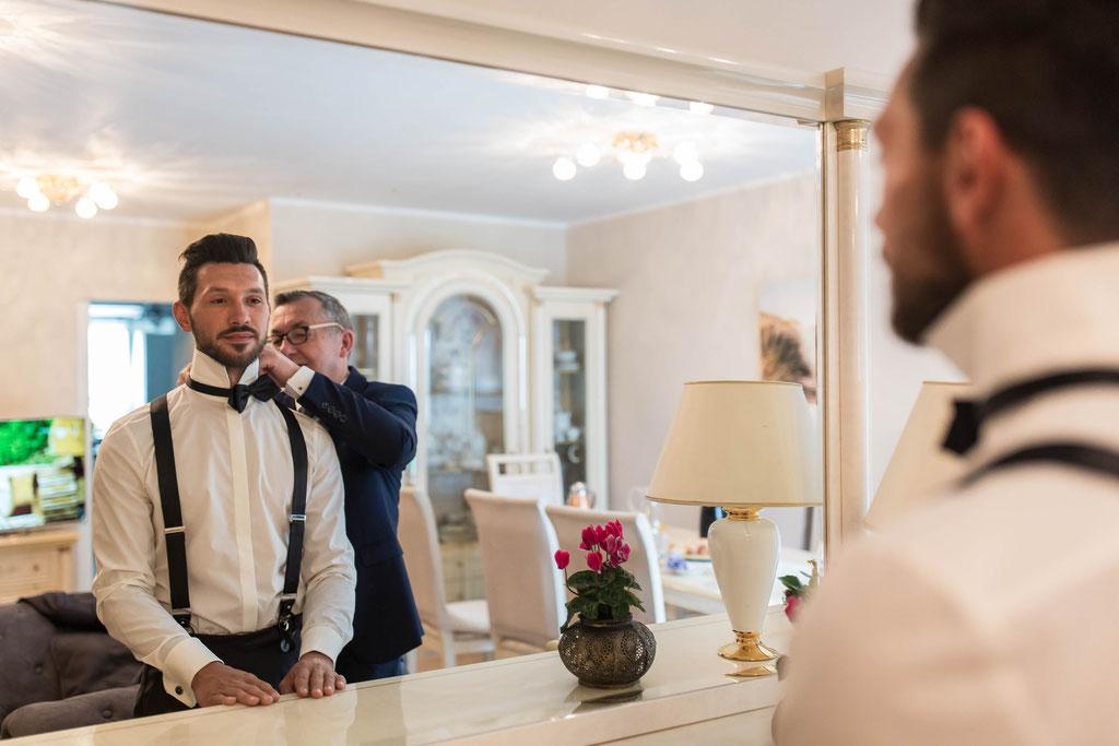 Hochzeitsreportage bei den Vorbereitungen des Bräutigams als Foto oder Video in Siegen
