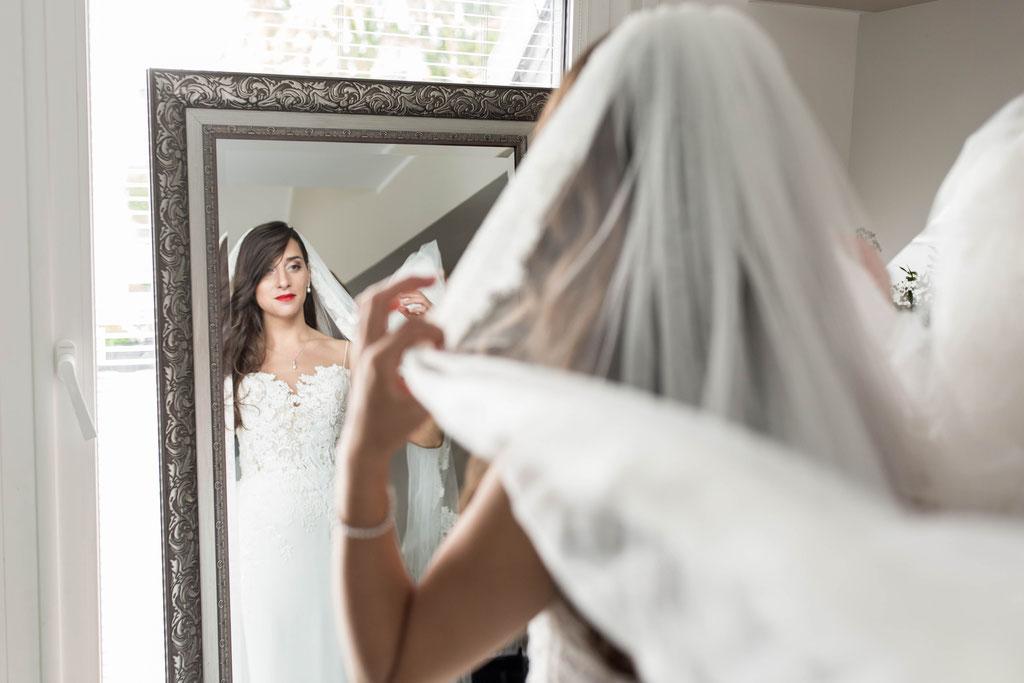 Hochzeitsreportage bei den Vorbereitungen der Braut als Foto oder Video in Bensheim