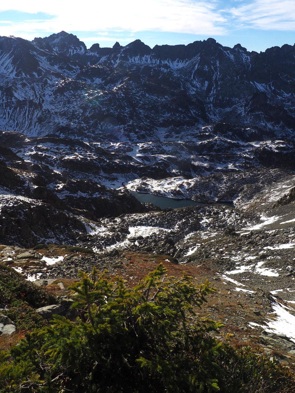 Toujours du sommet du Grand Colon mais vers l'Est, c'est un massif minéral et sauvage. Parsemé d'une multitude de lacs d'altitude