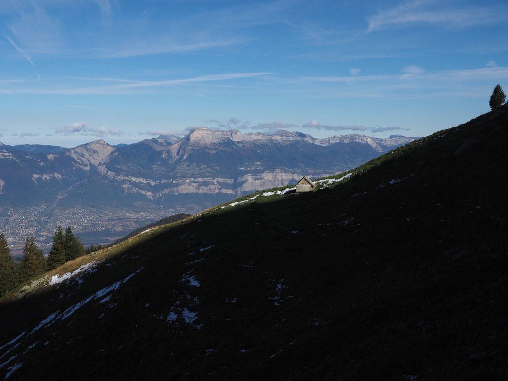 """Les """"Haberts' de Belledonne. Ici la cabane de berger en versant Ouest du Grand Colon vers 1750m. En face c'est la Chartreuse."""
