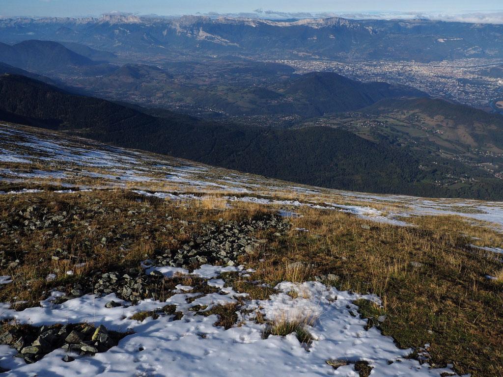 Ambiance d'automne au sommet du Grand Colon. Vers l'Ouest, on surplombe l'agglo Grenobloise de 2200m. En face c'est le Vercors.