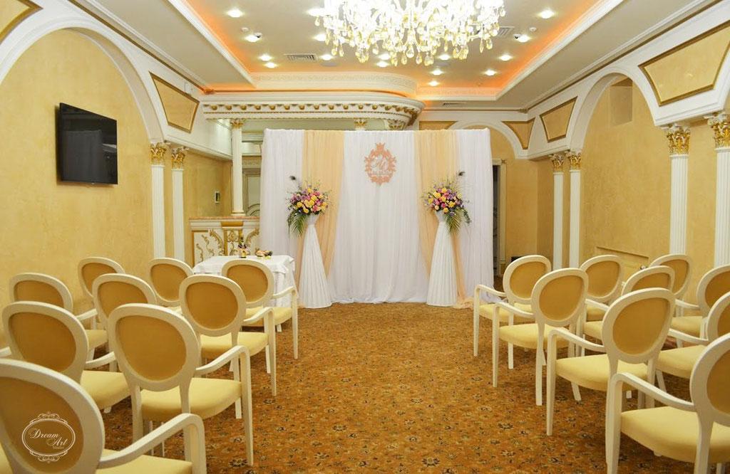 Дві колони з квітковими композиціями замінили традиційну весільну арку.