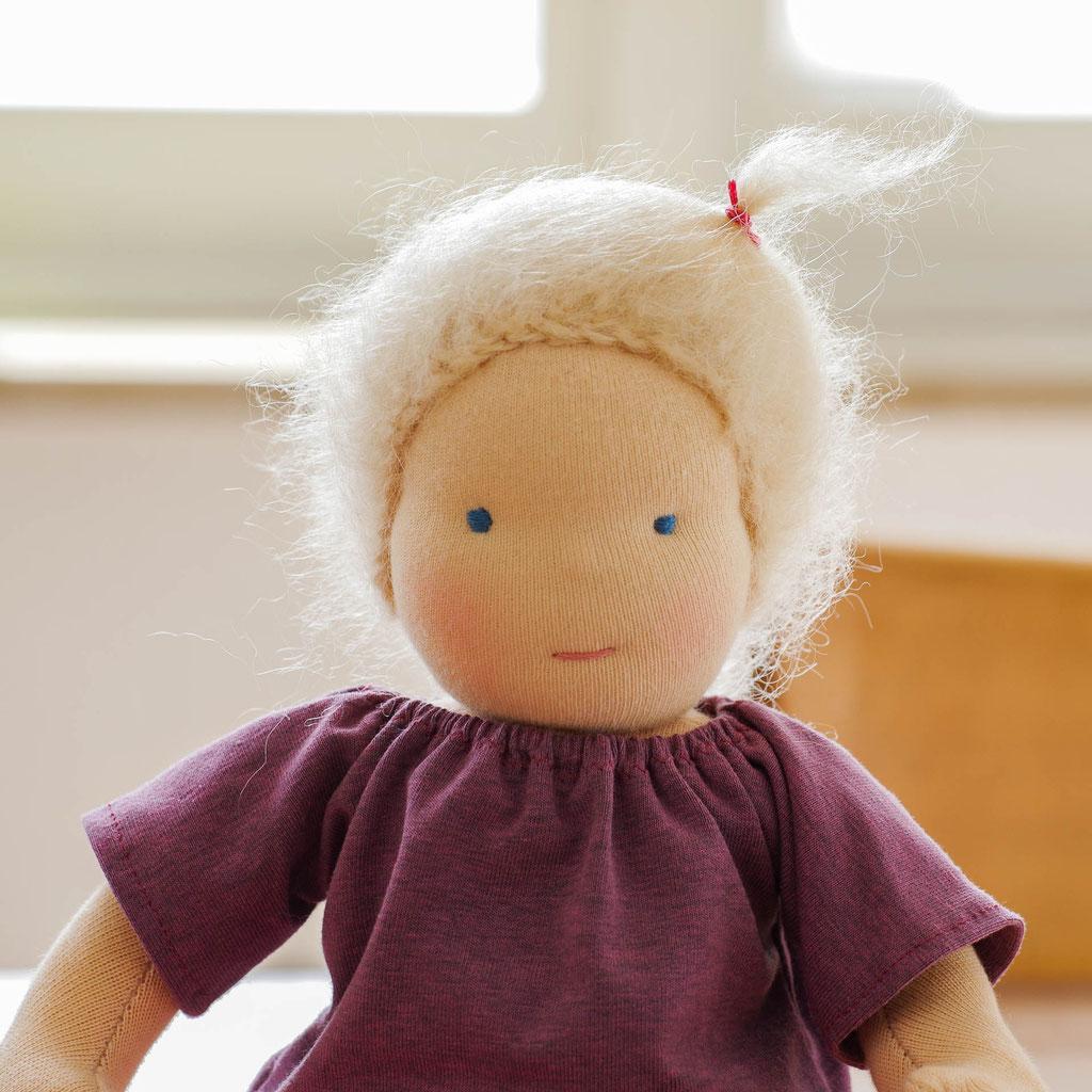 Stoffpuppe nach Waldorf Art als Portrait, mit blondem Zopf und lila Pullover