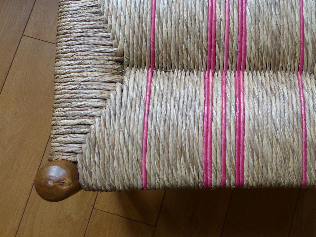 Paillage mixte, quelques cordons de seigle rose sur un fond brut en paille des marais / Mixed straw bottom, pink rye on a natural sedge bottom.