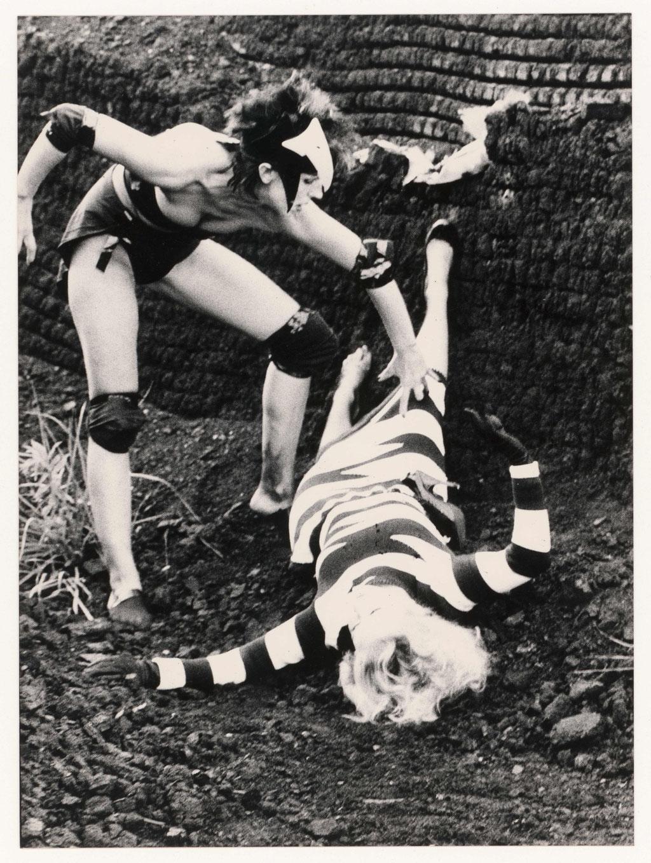 Luciano Castelli, Ohne Titel (Motiv zur Modenschau Big Birds, Claudia Skoda, Tabea Blumenschein), Silbergelatine-Vintageprint, 1979, © VG Bild-Kunst, Bonn 2021
