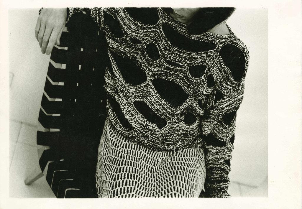 Silke Grossmann, Bild für Claudia Skoda, in Zusammenarbeit mit Cynthia Beatt, Silbergelatine-Vintageprint, 1983, © Silke GrossmannBitte beachten Sie, dass das ganze Blatt und insbesondere der unregelmäßige Bildrand das Bild darstellt. So sollte von diesem