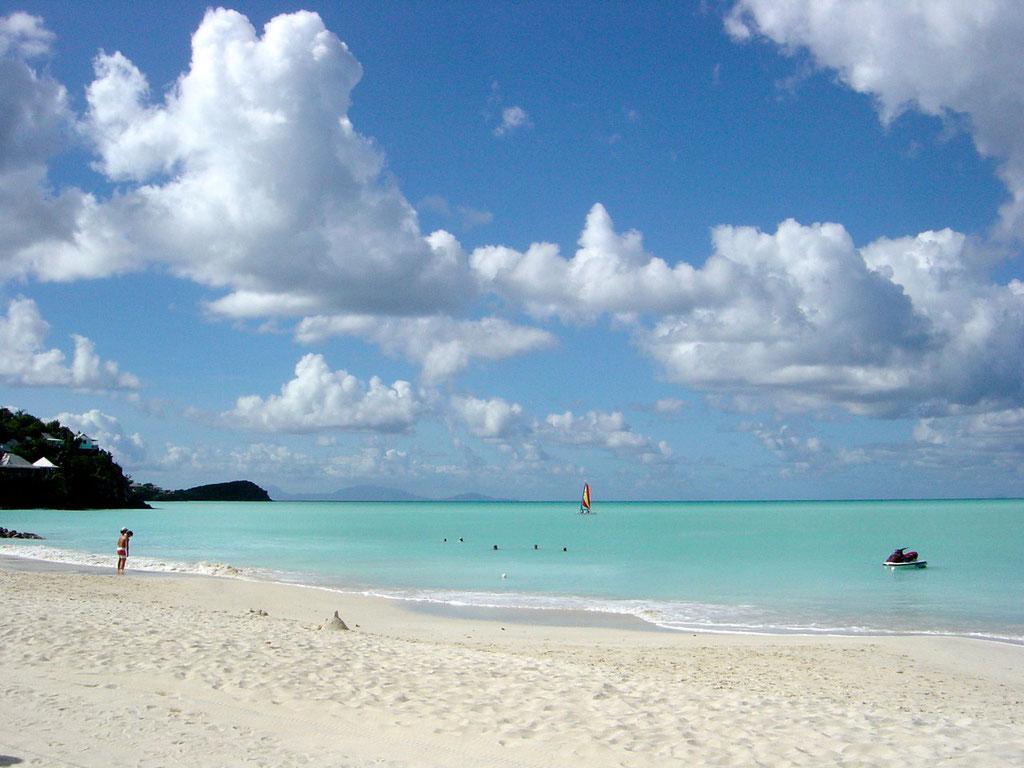 Wunderschöne Sandbeach beim Jolly Beach Resort