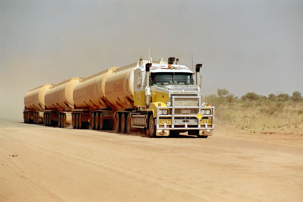 ROAD TRAIN IM OUTBACK BEI HERMANSBURG