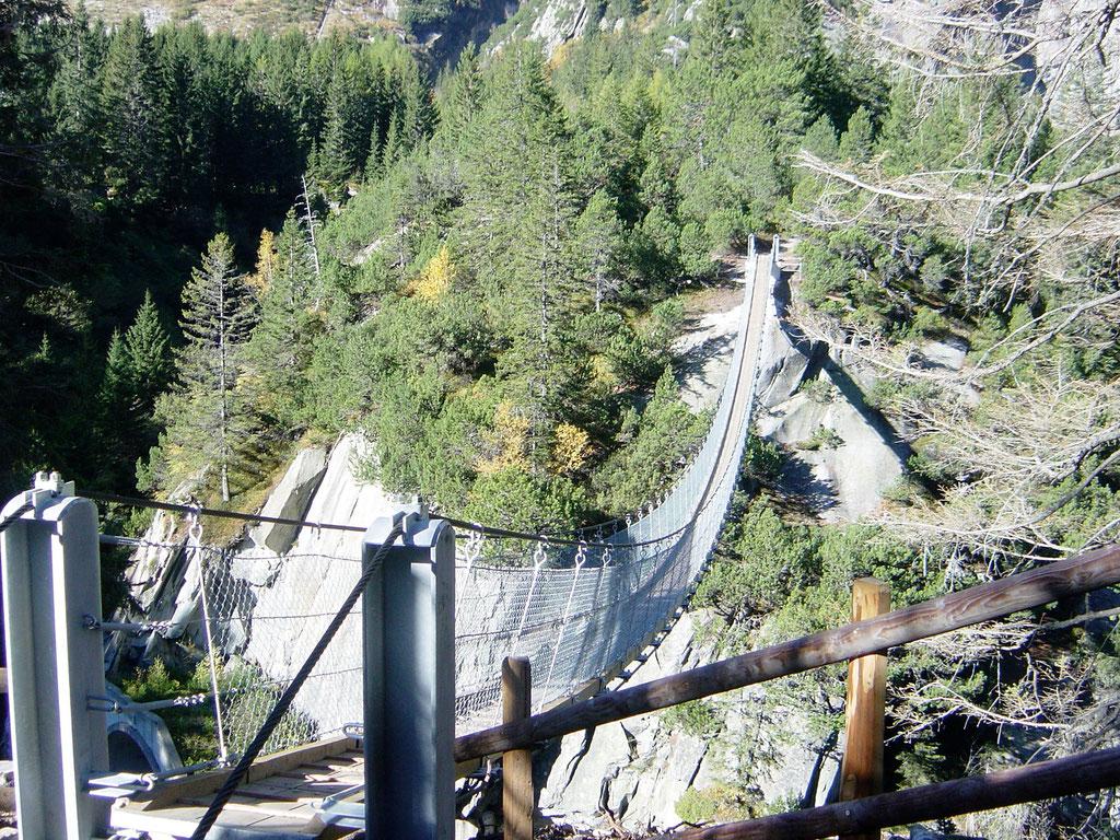 Hängebrücke zur Talstation der Gelmerbahn