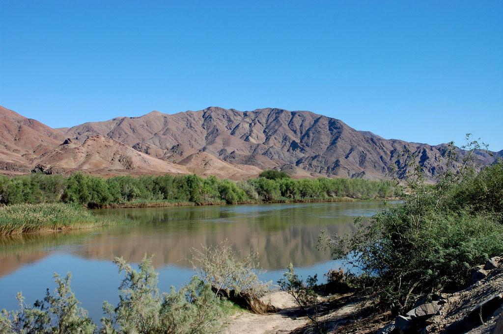 Der Grenzfluss Oranje River ist bis Rosh Pinah unser Begleiter und zugleich die Grenze zu Südafrika