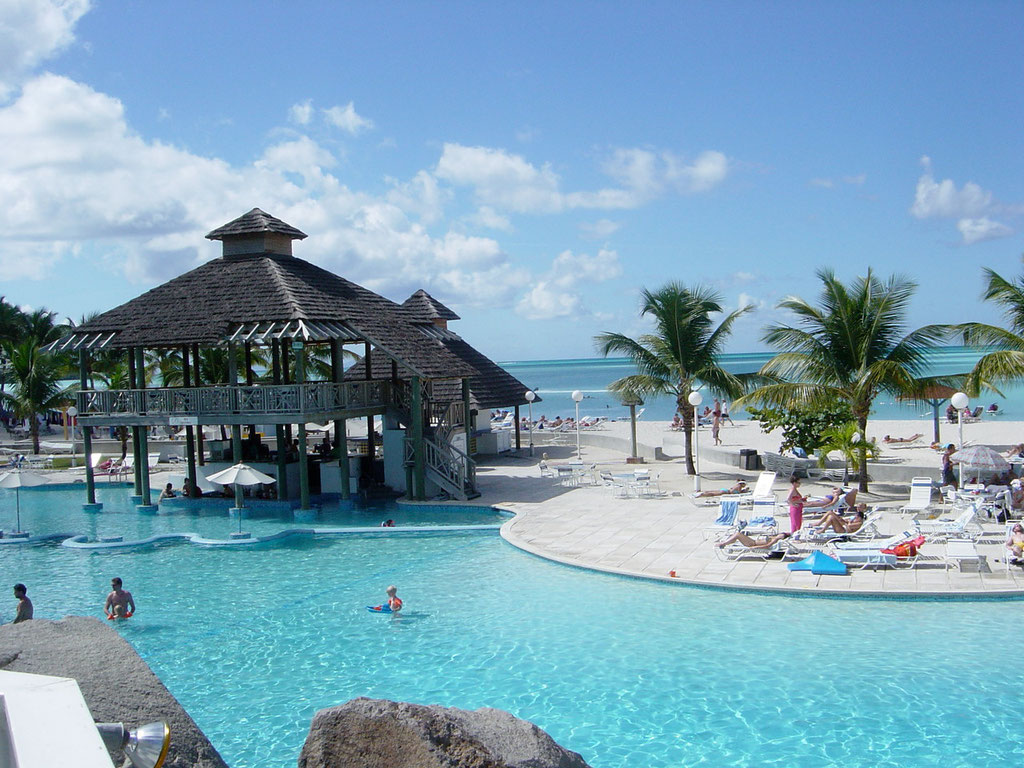 Grosse Pool Anlage des Jolly Beach Resort