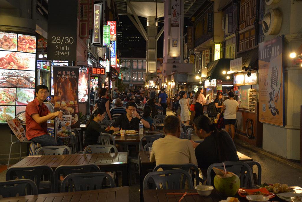 BESUCH IN EINEM DER VIELEN HAWKER CENTER, HIER IN DER FOOD STREET IN CHINATOWN