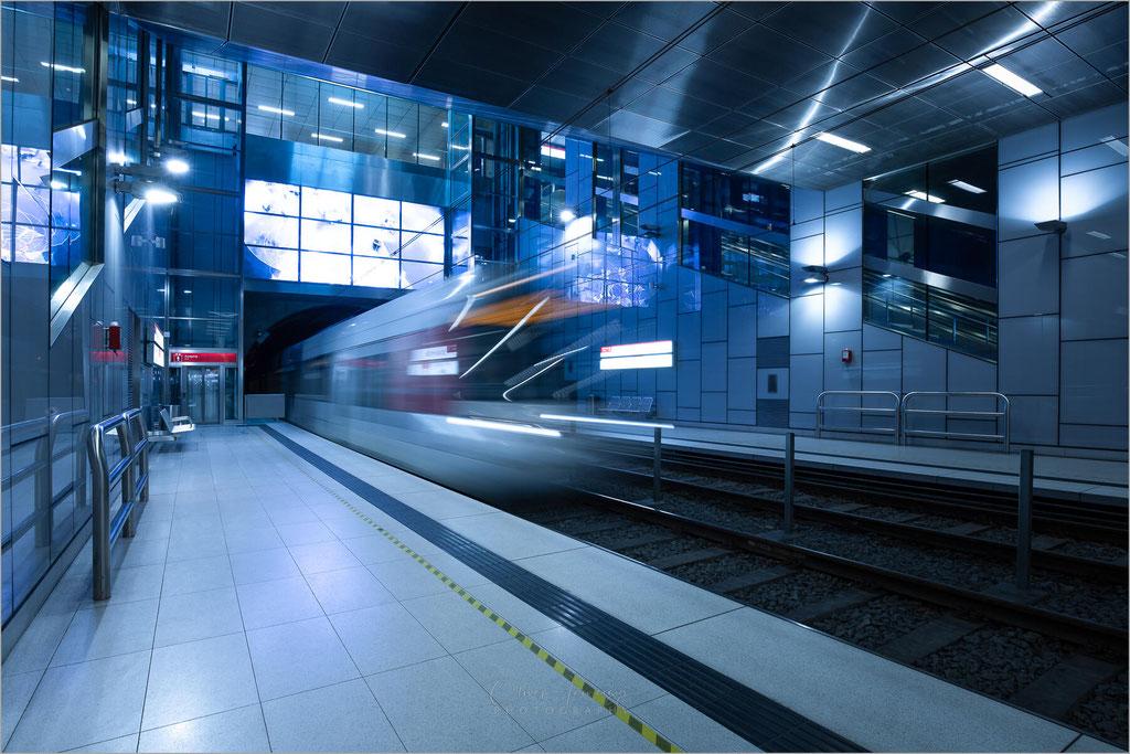 """Architektur in der U-Bahn-Haltestelle """"Schadowstraße"""" der Rheinbahn in Düsseldorf, Deutschland     © Oliver Jerneizig"""