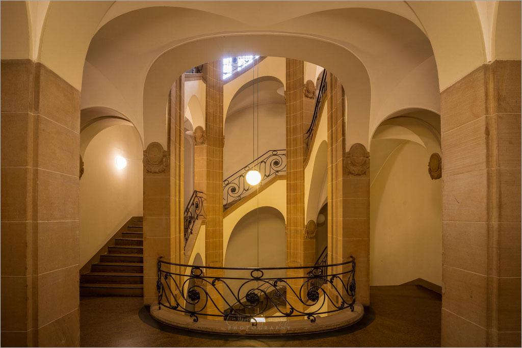 Treppenhaus und Halle der Bezirksregierung auf der Cecilienallee in Düsseldorf, Nordrhein-Westfalen    © Oliver Jerneizig