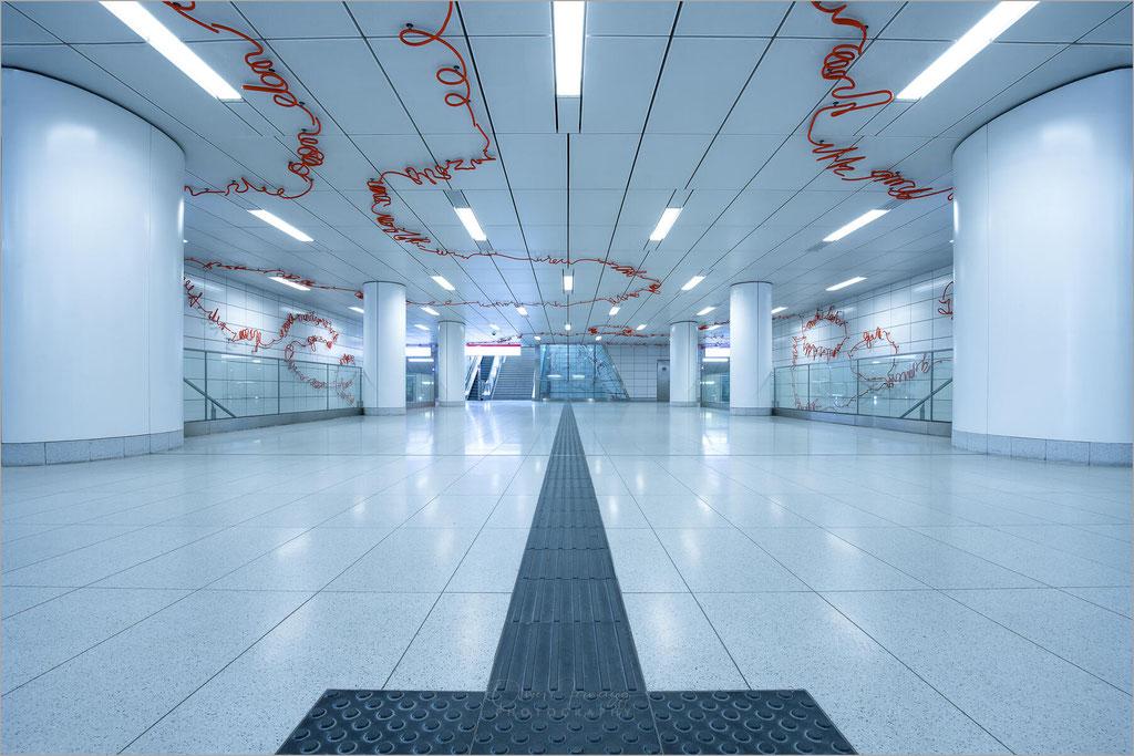 """Architektur in der U-Bahn-Haltestelle """"Kirchplatz"""" der Rheinbahn in Düsseldorf, Deutschland     © Oliver Jerneizig"""