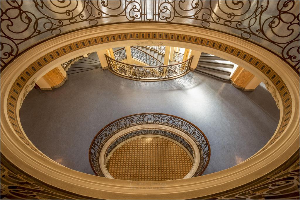 Treppenhaus und Halle des Oberlandesgerichts auf der Cecilienallee in Düsseldorf, Nordrhein-Westfalen    © Oliver Jerneizig