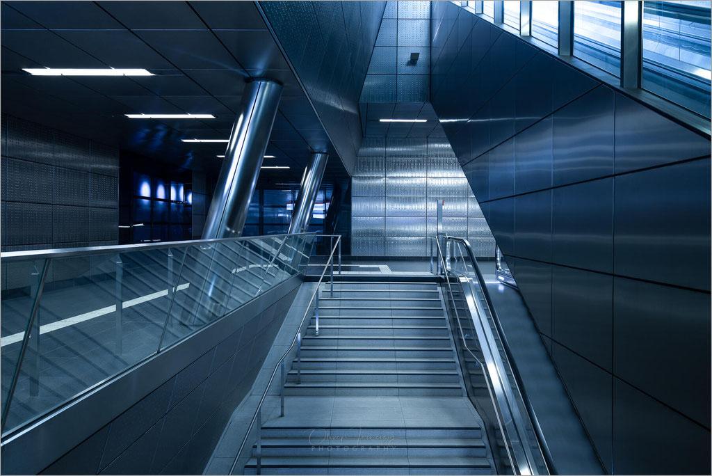 """Architektur in der U-Bahn-Haltestelle """"Benrather Straße"""" der Rheinbahn in Düsseldorf, Deutschland     © Oliver Jerneizig"""
