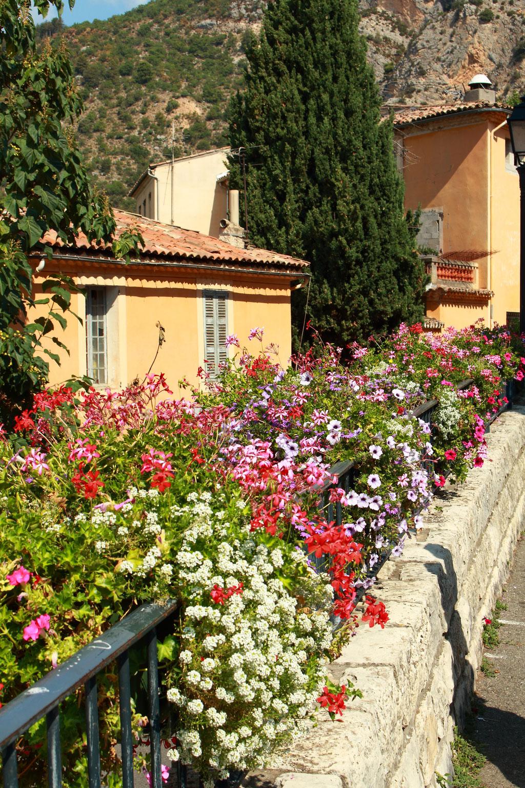 Moustiers St Marie et ses balcons fleuris