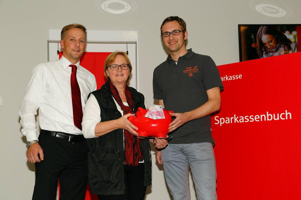 Eike nahm 300 Euro von unserem Premium-Partner aus Nortorf, der Sparkasse Mittelholstein AG, entgegen